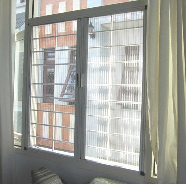 Lắp đặt cửa lưới chống muỗi xếp trong phòng của bé