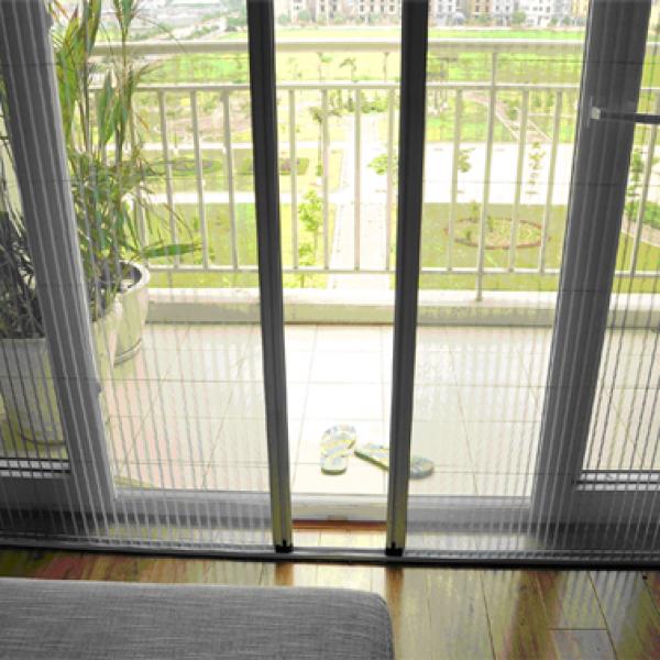 Tiết kiệm không gian bằng cửa lưới chống muỗi tự cuốn
